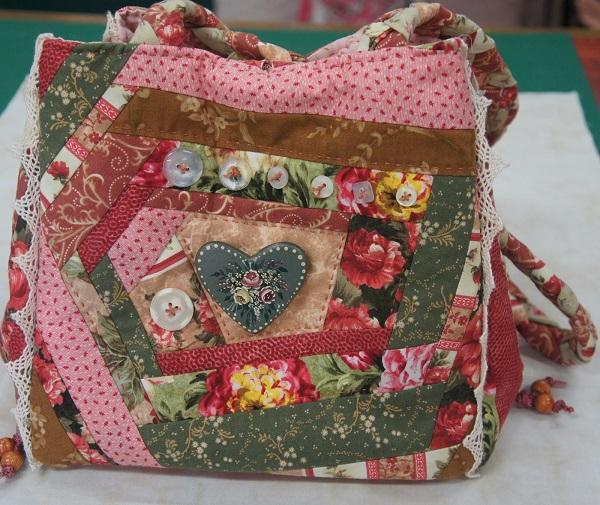 С помощью техники crazy-пэчворк часто декорируют сумки