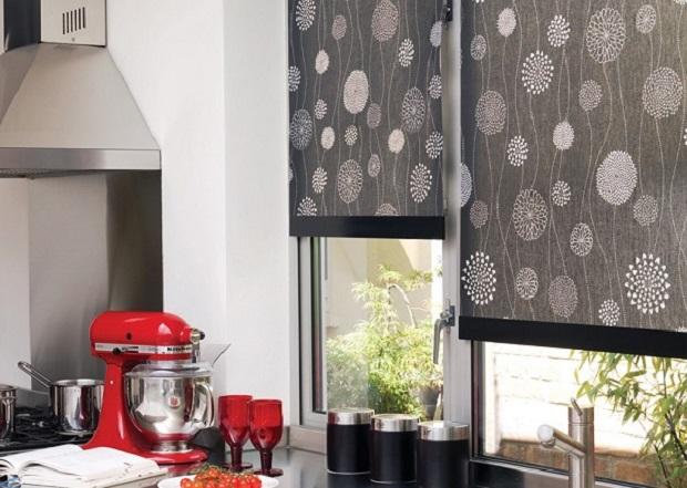 На фото – кухонные шторы из портьерной ткани